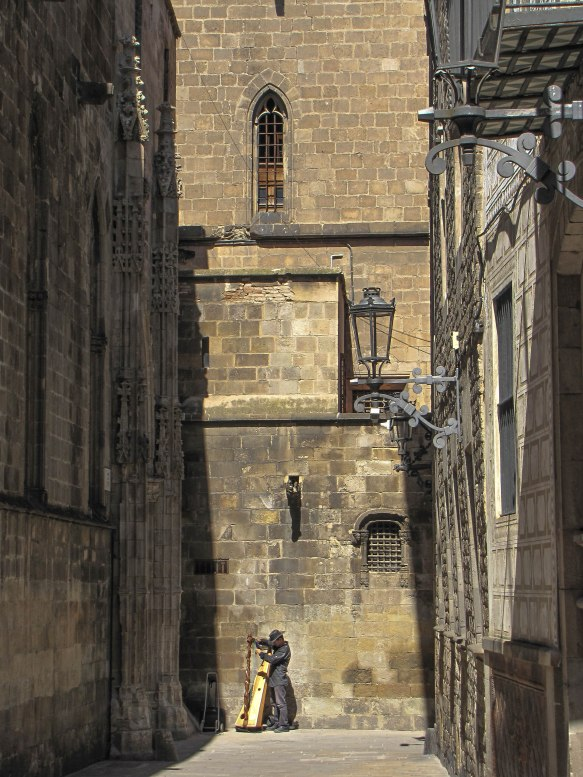 quelle harpe au fond de la cour - , barcelone,  août11 (1 sur 1).jpg